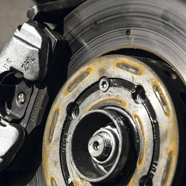 O que são as duas marcações gravadas no disco de freio?