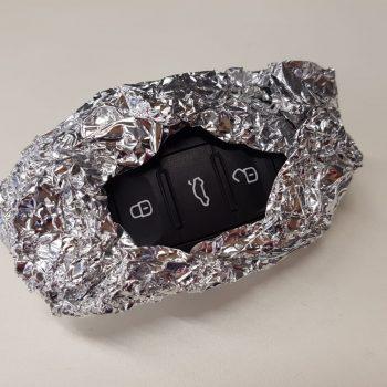 Por que especialistas recomendam embrulhar chaves automáticas do carro em papel alumínio?