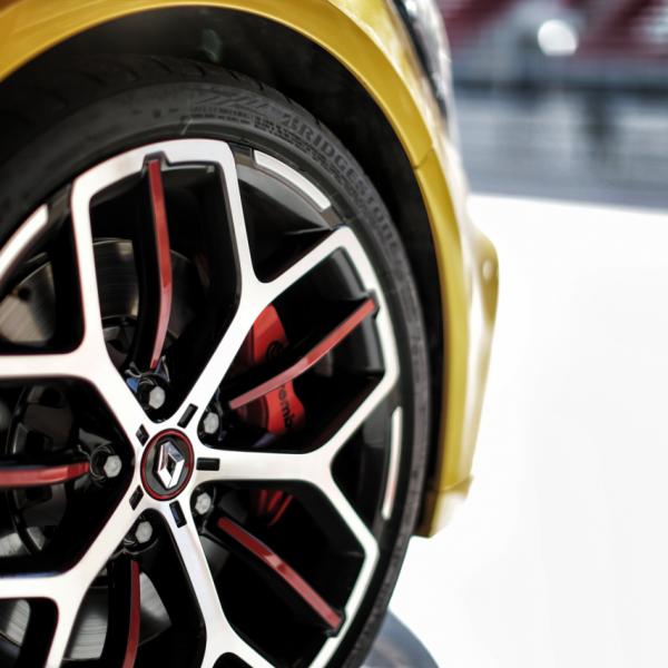 Posso instalar rodas (e pneus) maiores apenas no eixo traseiro?