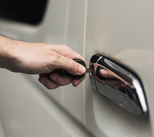 Bater a porta com força estraga o carro?