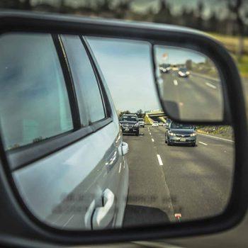 Posso ser multado se não der passagem a um carro acima da velocidade na rodovia?