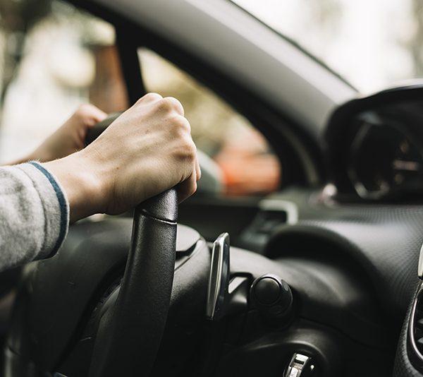 Quando viro o volante faz um barulho estranho, o que é?