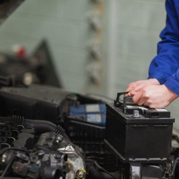 Qual a vida útil da bateria do carro? Veja se é possível estender!